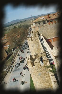 Foto de caminantes bajo las murallas, de Josean de Miguel