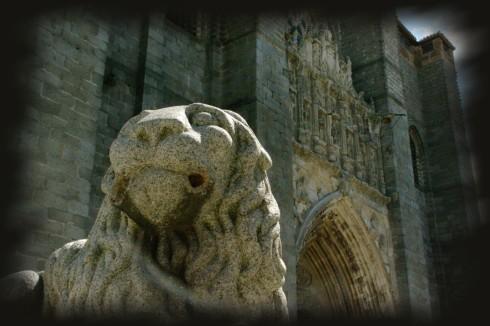 Foto de un león de piedra con catedral al fondo, de Josean de Miguel