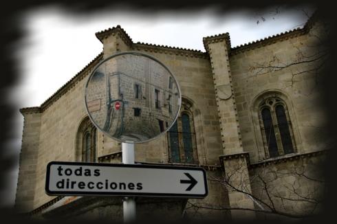 Foto de señal y espejo de tráfico, de Josean de Miguel
